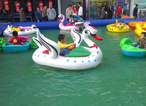 Inflatable pool bumper boats for fun